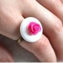 Inel Reglabil Stil Romantic Shabby Chic Banut din Sidef Natural si Trandafir de Rasina Roz Fuchsia